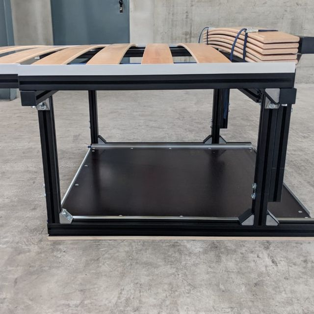 Einbaubett Mercedes Viano / Vito kompakt, seitliche Ansicht, mit Lattenrost, Alu Profil schwarz